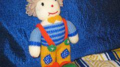Как вязать спицами куклу
