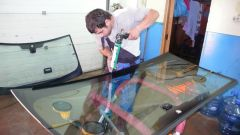 Как вклеить стекло авто