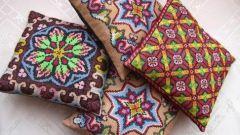 Как украсить вышивкой подушки