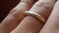Why finger turns black from gold ring