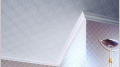 Как клеить панели на потолок