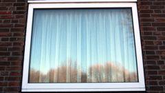 Почему зимой потеют окна