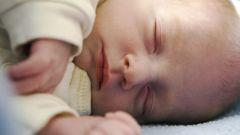 Как держать младенца на руках