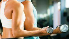 Как делать упражнения с гантелями