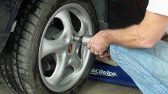 Как заменить колесо