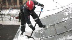 Как убирать снег с крыши