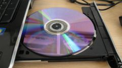 How to insert a disc in the drive