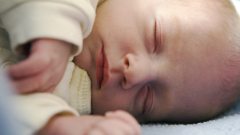 Как сбить температуру младенцу