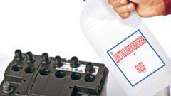 Как долить дистиллированную воду в аккумулятор