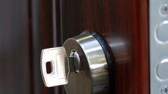 Как поменять личинку в дверном замке