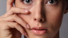 Как разгладить морщины под глазами
