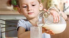Как приучить ребенка к молоку
