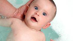 Как купать новорожденную девочку