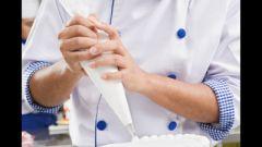 Как украсить бисквитный торт