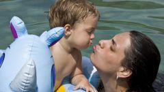 Как научить ребенка плавать до года