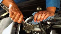 How to determine the oil level in the engine