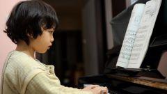 Как научить ребенка играть на пианино