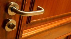 Как вставить ручку в дверь
