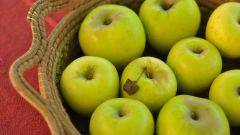 Как давать ребенку яблоко