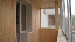 Как и чем обшивают балконы