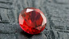 How to distinguish ruby from garnet
