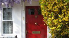 Как открыть заклинившую дверь
