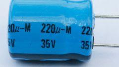 Как найти напряжение между пластинами конденсатора