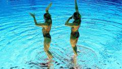Как у спортсменов получается синхронно плавать