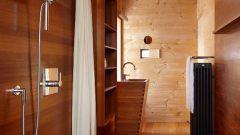 Душ внутри деревянного дома