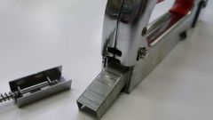How to insert the staples into the stapler