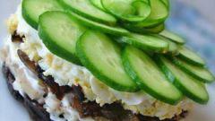 Салат со свининой, грибами и черносливом
