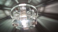 Точечный светильник в натяжной потолок