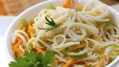 Кисло-сладкий салат с крахмальной лапшой и овощами из китайского кафе