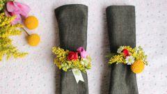 Как украсить салфетки живыми цветами на праздник