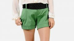 What to wear with green shorts