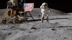 Если космонавт сильно подпрыгнет на Луне, что с ним будет