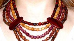 Модно ли носить деревянную бижутерию