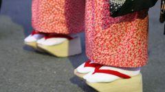 Как называеться обувь на ногах у гейш