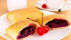 Слоеные пирожки с вишней