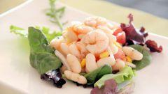 Как приготовить салат с креветками, белой фасолью и крабовыми палочками