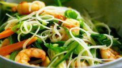 Имбирные креветки с лапшой и овощами