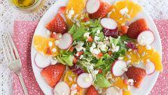 Как приготовить оригинальный салат с апельсинами, клубникой и редисом