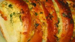 Запеченный батон с сыром и чесноком