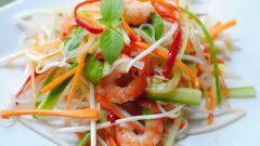 Салат с морепродуктами и рисовой лапшой