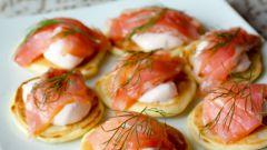 Мини-блинчики с лососем и острым сметанным кремом