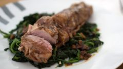 Как запечь свинину с чесноком и соевым соусом