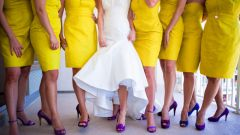What kind of shoes suitable to the yellow dress
