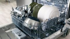 Нужно ли использовать ополаскиватель в посудомоечной машине