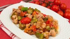 Жареная курица со спаржей и помидорами черри