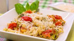 Куриное филе с макаронами, брокколи и овощами